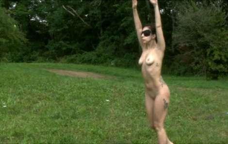 img1024-700_dettaglio2_Lagy-Gaga-nuda-bosco